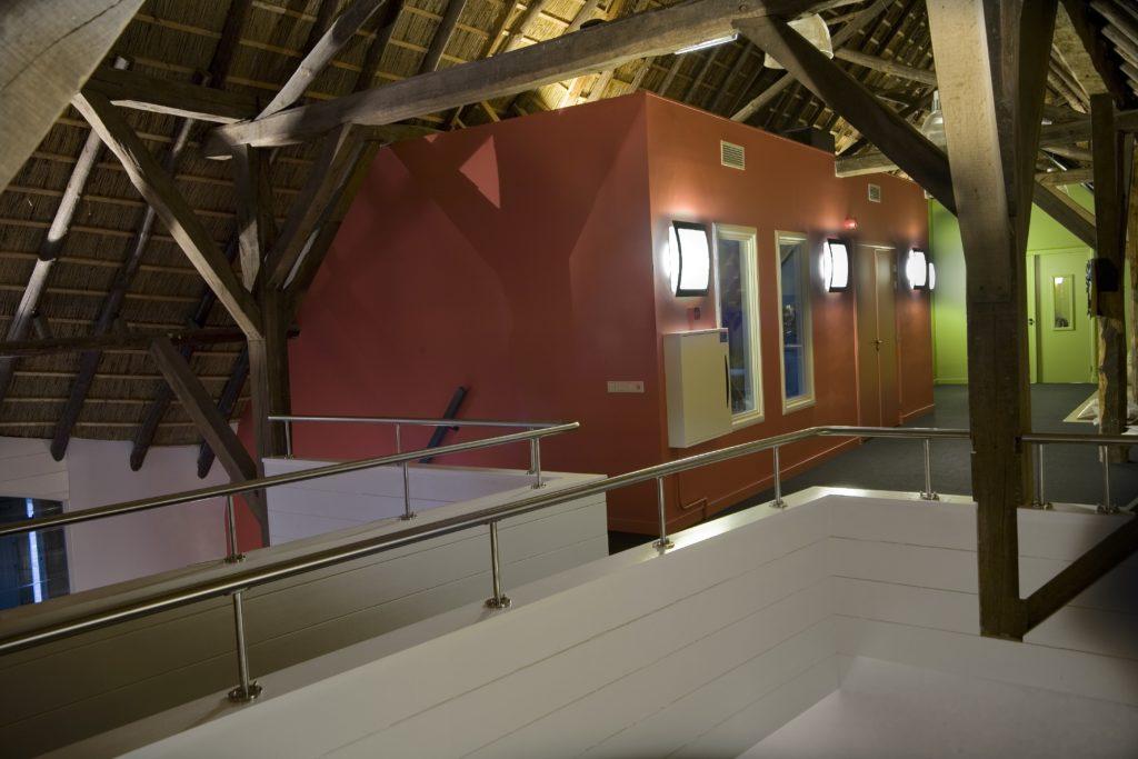 drijvers-oisterwijk-boerderij-houten-balken-kantoor-loopbrug-1-min