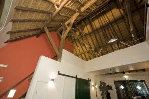 drijvers-oisterwijk-boerderij-houten-balken-kantoor-loopbrug-min