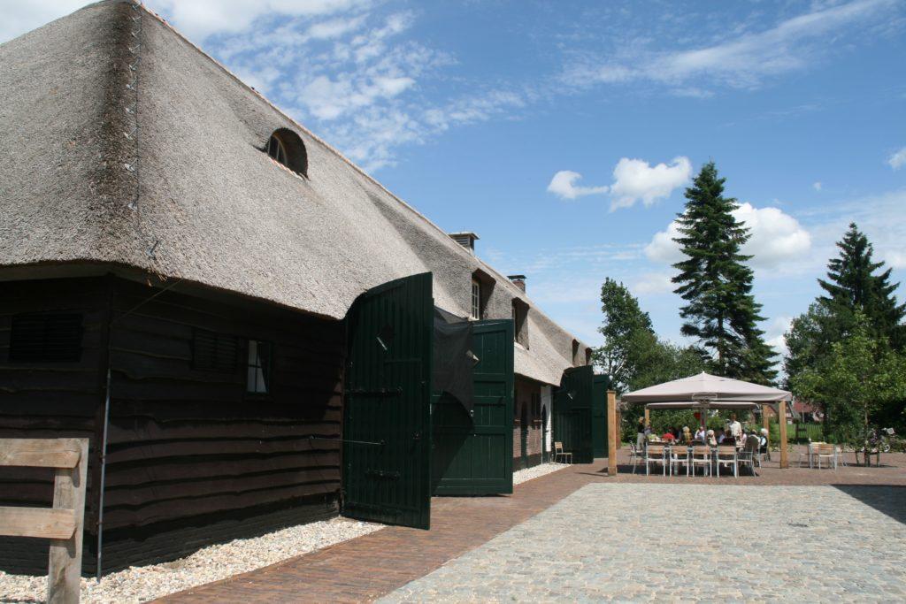 drijvers-oisterwijk-boerderij-riet-houten-gevel-baksteen-luiken-ramen-1-min
