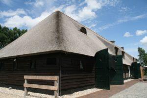 drijvers-oisterwijk-boerderij-riet-houten-gevel-baksteen-luiken-ramen-2-min