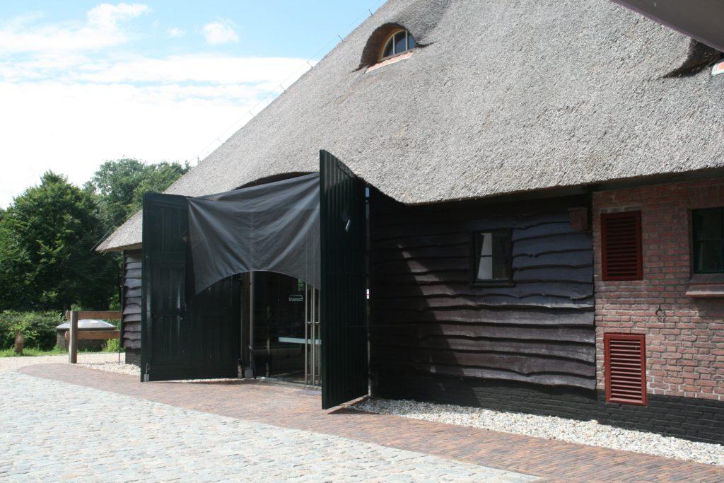 drijvers-oisterwijk-boerderij-riet-houten-gevel-baksteen-luiken-ramen-min