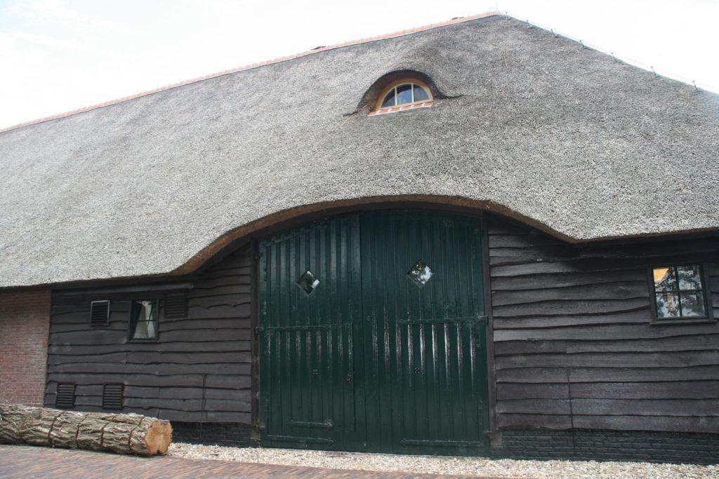 drijvers-oisterwijk-boerderij-riet-houten-gevel-luiken-deur-min