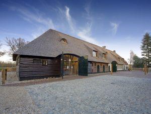 drijvers-oisterwijk-boerderij-riet-houten-gevel-luiken-ramen-min