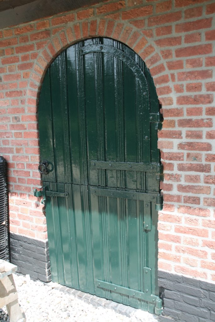 drijvers-oisterwijk-boerderij-riet-luiken-baksteen-plint-ramen-min