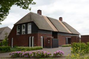 drijvers-oisterwijk-boerderij-riet-schoorsteen-houten-balken-wolfseind-baksteen-poort