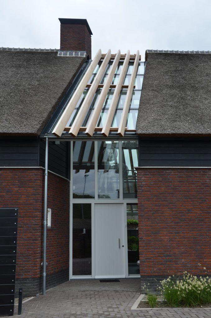 drijvers-oisterwijk-boerderij-voordeur-riet-schoorsteen-houten-balken-wolfseind-baksteen
