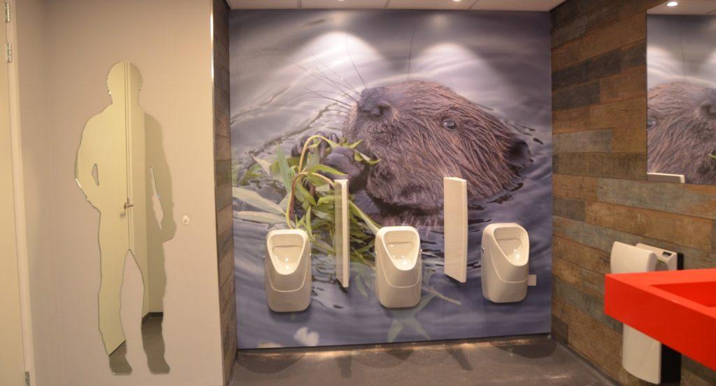 drijvers-oisterwijk-havenkantoor-interieur-behang-urinoir-toiletten-min