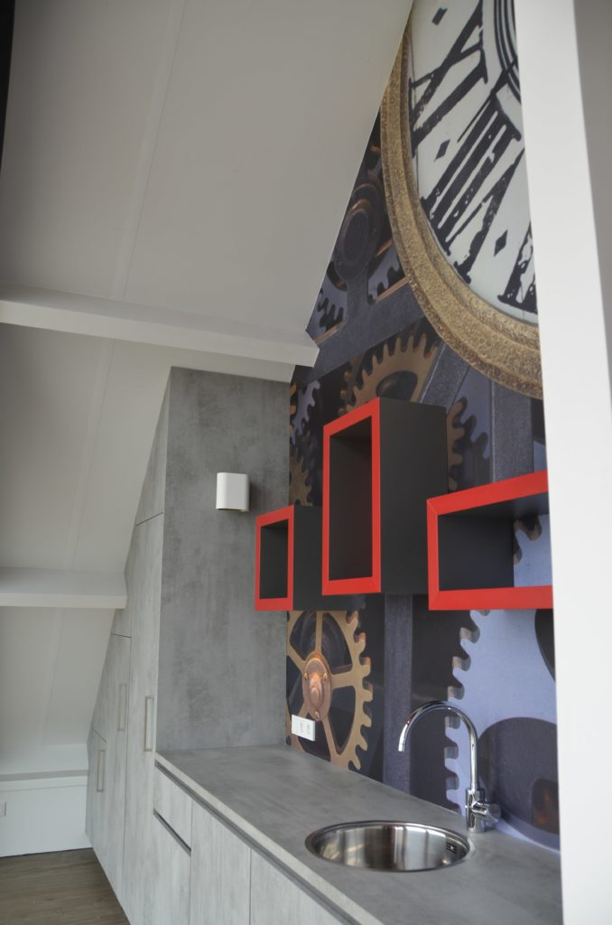 drijvers-oisterwijk-havenkantoor-interieur-kantoor-kantine-behang-klokken-min