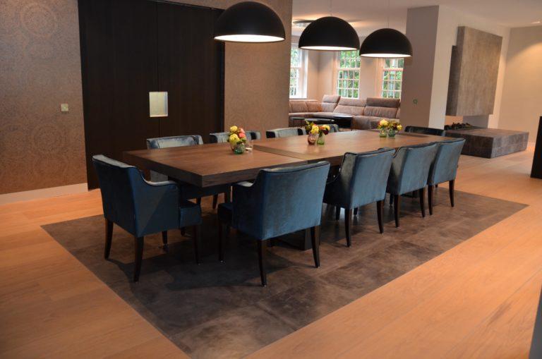 drijvers-oisterwijk-interieur-houte-vloer-stoel-kast-lamp-ramen-stoel-bank-openhaard