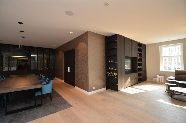 drijvers-oisterwijk-interieur-keuken-woonkamer-behang-stoelen-kast