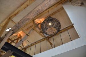 drijvers-oisterwijk-interieur-landelijke-houtespant-gestuct-lamp-balkon