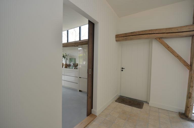 drijvers-oisterwijk-interieur-landelijke-houtespant-gestuct-schuifdeur