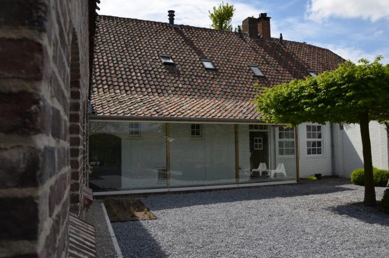drijvers-oisterwijk-landelijk-boederij-baksteen-dakpannen-gang-glas