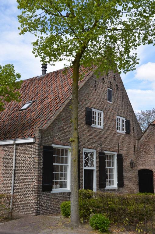 drijvers-oisterwijk-landelijk-boederij-baksteen-dakpannen-luiken-glas