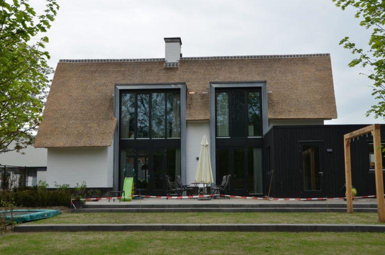 drijvers-oisterwijk-boerderij-villa-wit- geverfd-baksteen-riet-ramen-wolfseind-schoorsteen