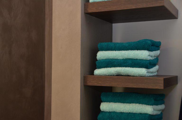 drijvers-oisterwijk-interieur-badkamer-handdoek-hout-planken-k