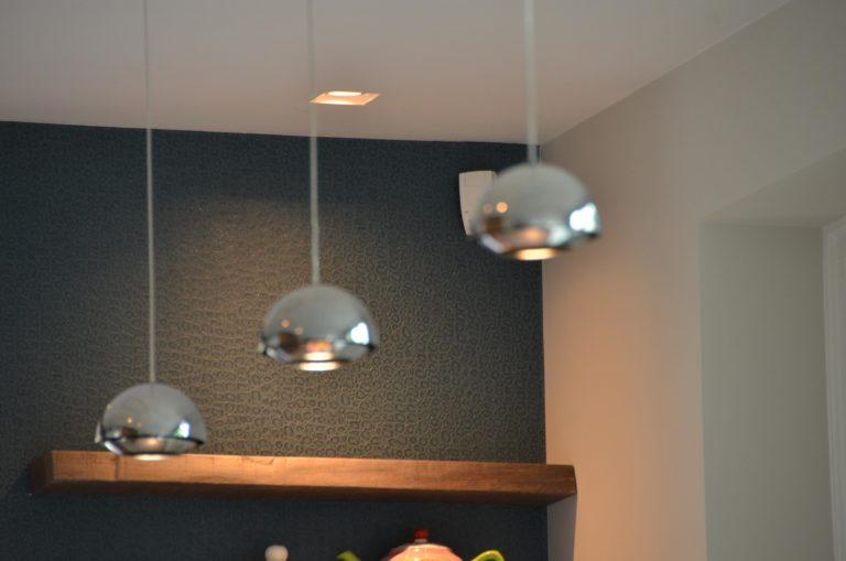 drijvers-oisterwijk-interieur-keuken-behang-blond-amsterdam-lamp-hout-plank
