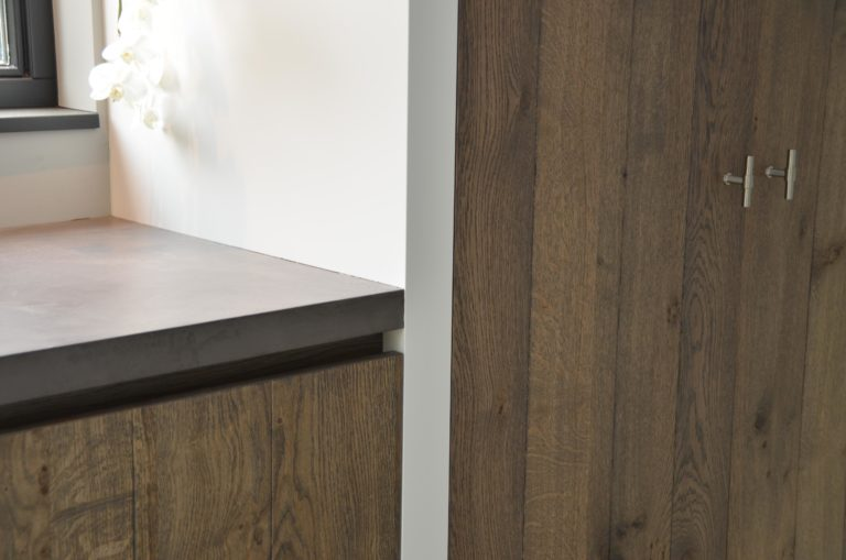 drijvers-oisterwijk-interieur-keuken-kraan-hout-ramen-1