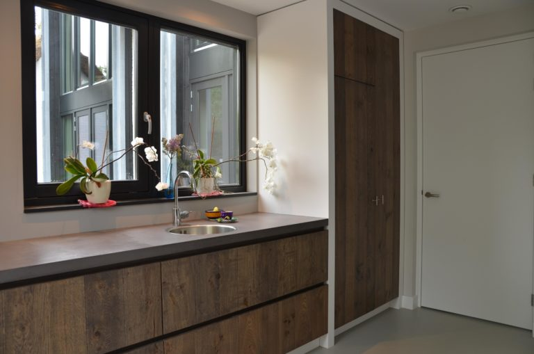 drijvers-oisterwijk-interieur-keuken-kraan-hout-ramen