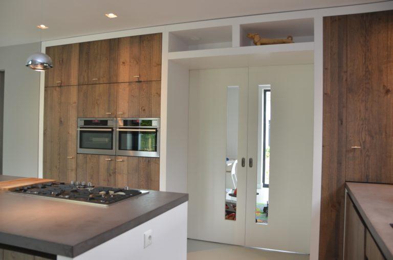 drijvers-oisterwijk-interieur-keuken-kraan-hout-ramen-fornuis-kookeiland-schuifdeuren