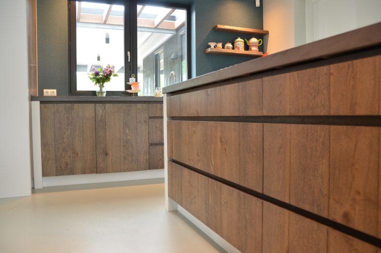 drijvers-oisterwijk-interieur-keuken-kraan-hout-ramen-kookeiland