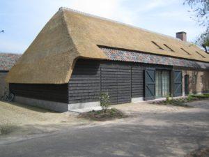 drijvers-oisterwijk-boerderij-dakpannen-wolfseind-houten-gevel-raam-schoosteen-terras