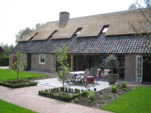 drijvers-oisterwijk-boerderij-terras-dakpannen-wolfseind-raam-schoosteen-terras