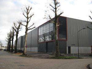 drijvers-oisterwijk-utiliteit-bedrijfshal-exterieur-nieuwbouw-zink-baksteen-rood-pui-hellingbaan (1)-min