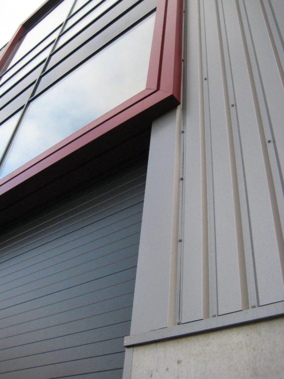 drijvers-oisterwijk-utiliteit-bedrijfshal-exterieur-nieuwbouw-zink-baksteen-rood-pui-hellingbaan (11)-min
