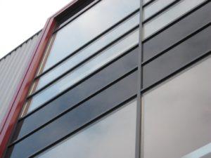 drijvers-oisterwijk-utiliteit-bedrijfshal-exterieur-nieuwbouw-zink-baksteen-rood-pui-hellingbaan (13)-min