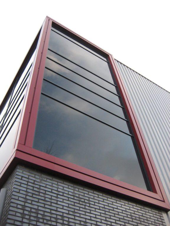 drijvers-oisterwijk-utiliteit-bedrijfshal-exterieur-nieuwbouw-zink-baksteen-rood-pui-hellingbaan (15)-min