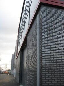 drijvers-oisterwijk-utiliteit-bedrijfshal-exterieur-nieuwbouw-zink-baksteen-rood-pui-hellingbaan (16)-min