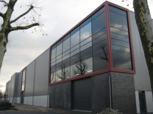 drijvers-oisterwijk-utiliteit-bedrijfshal-exterieur-nieuwbouw-zink-baksteen-rood-pui-hellingbaan (17)-min