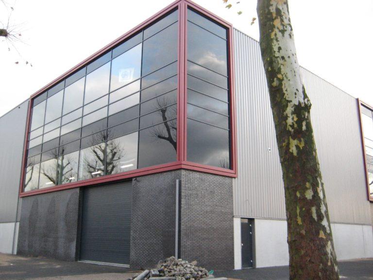 drijvers-oisterwijk-utiliteit-bedrijfshal-exterieur-nieuwbouw-zink-baksteen-rood-pui-hellingbaan (18)-min