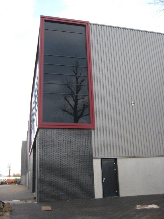 drijvers-oisterwijk-utiliteit-bedrijfshal-exterieur-nieuwbouw-zink-baksteen-rood-pui-hellingbaan (2)-min