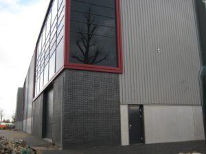 drijvers-oisterwijk-utiliteit-bedrijfshal-exterieur-nieuwbouw-zink-baksteen-rood-pui-hellingbaan (3)-min