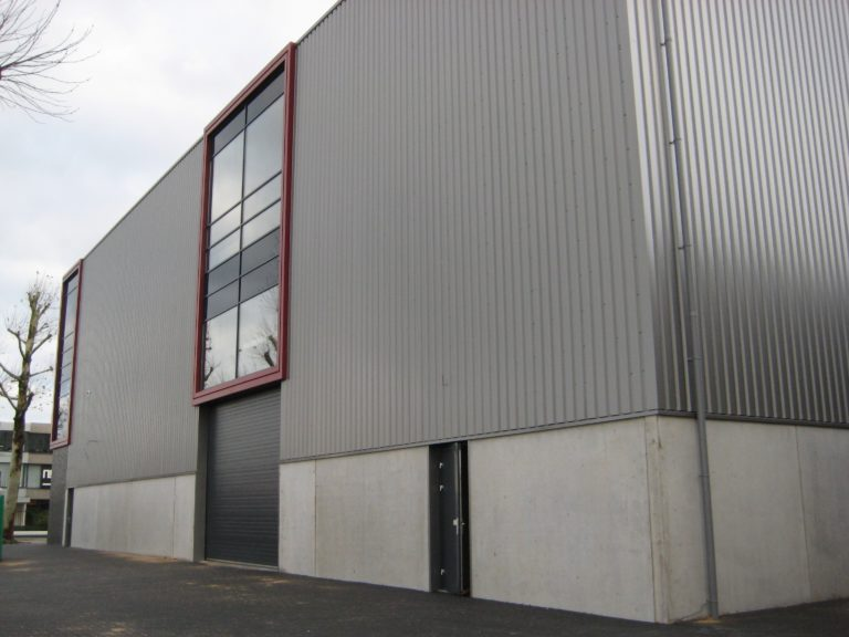 drijvers-oisterwijk-utiliteit-bedrijfshal-exterieur-nieuwbouw-zink-baksteen-rood-pui-hellingbaan (4)-min