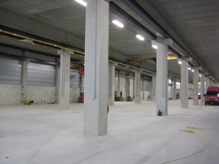 drijvers-oisterwijk-utiliteit-bedrijfshal-exterieur-nieuwbouw-zink-baksteen-rood-pui-hellingbaan (5)-min
