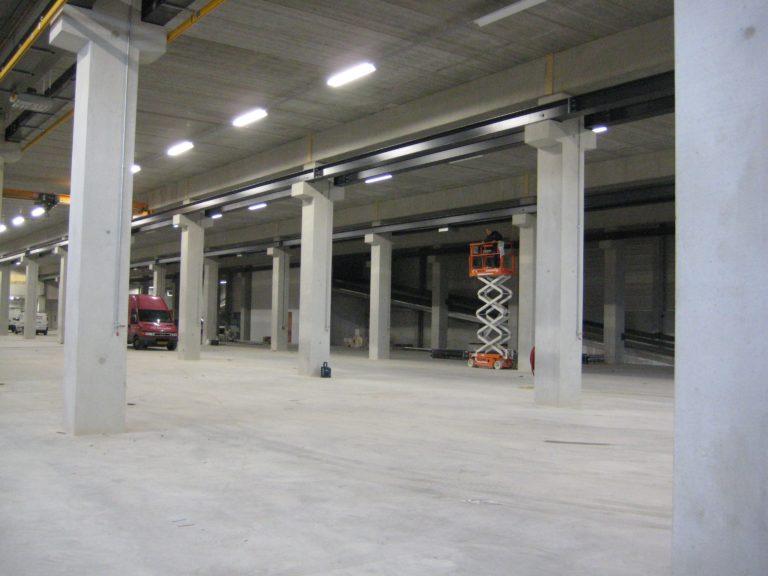 drijvers-oisterwijk-utiliteit-bedrijfshal-exterieur-nieuwbouw-zink-baksteen-rood-pui-hellingbaan (7)-min