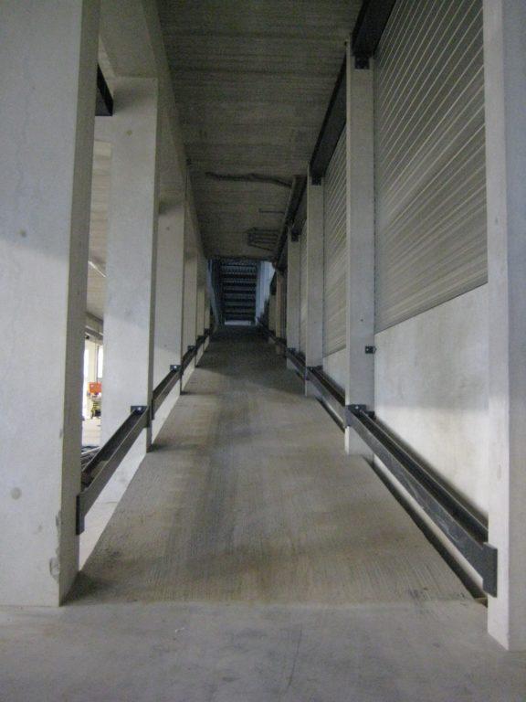 drijvers-oisterwijk-utiliteit-bedrijfshal-exterieur-nieuwbouw-zink-baksteen-rood-pui-hellingbaan (9)-min