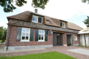 drijvers-oisterwijk-boerderij-dakpannen-rietgedekt-luiken-traditioneel-landelijk-raam-schoorsteen-dakkapel (2)