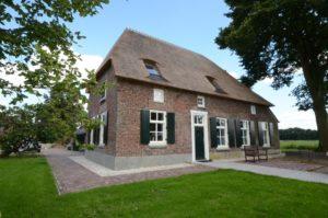 drijvers-oisterwijk-boerderij-dakpannen-rietgedekt-luiken-traditioneel-landelijk-raam-schoorsteen-dakkapel (3)
