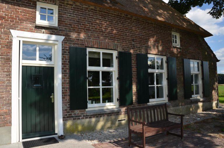 drijvers-oisterwijk-boerderij-voordeur-dakpannen-rietgedekt-luiken-traditioneel-landelijk-raam-schoorsteen-dakkapel (4)