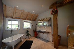 drijvers-oisterwijk-boerderij-badkamer-houten-spanten-traditioneel-landelijk-raam-openhaard (2)
