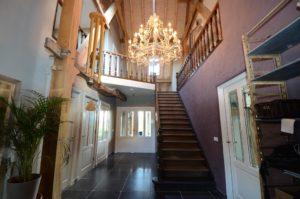 drijvers-oisterwijk-boerderij-trap-vide-kroonluchter-houten-spanten-traditioneel-landelijk-raam-openhaard (3)