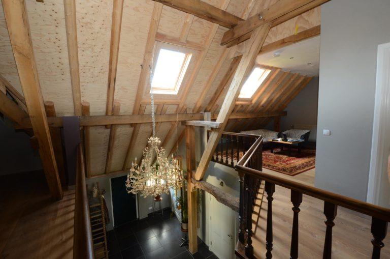 drijvers-oisterwijk-kroonluchter-vide-boerderij-houten-spanten-traditioneel-landelijk-raam-openhaard (5)