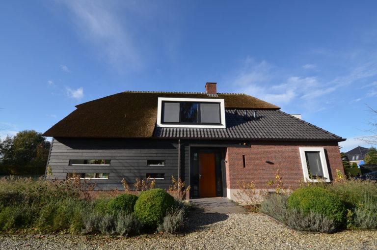 drijvers-oisterwijk-nieuwbouw-exterieur-riet-hout-bakstenen (2)