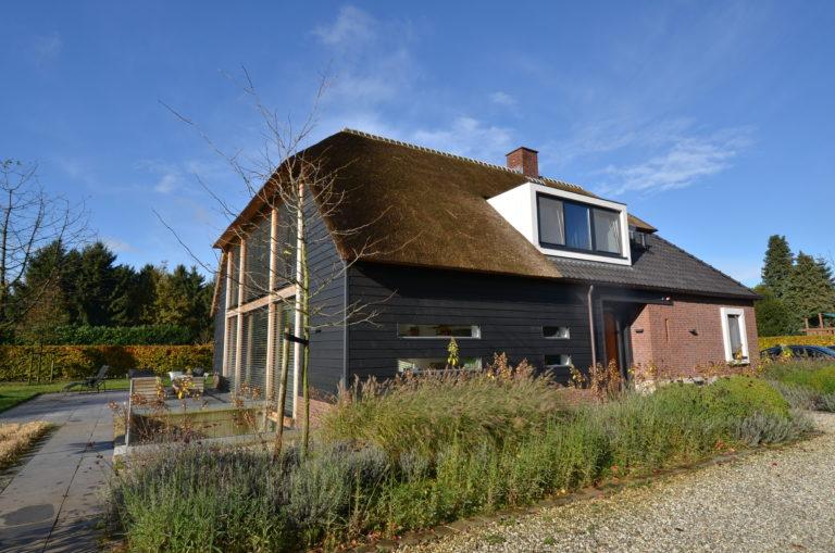 drijvers-oisterwijk-nieuwbouw-exterieur-riet-hout-bakstenen (3)