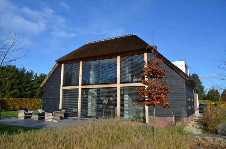 drijvers-oisterwijk-nieuwbouw-exterieur-riet-hout-bakstenen (4)