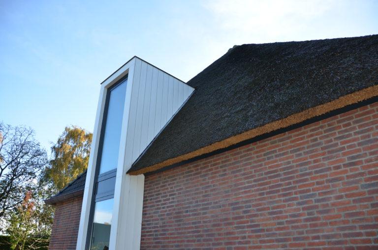 drijvers-oisterwijk-nieuwbouw-exterieur-riet-hout-bakstenen (6)